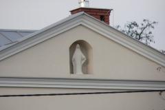 Figura NajĹ›wiÄ™tszej Maryi Panny na tylnej elewacji domu przy ul. Szkolnej, Konstancin-Jeziorna